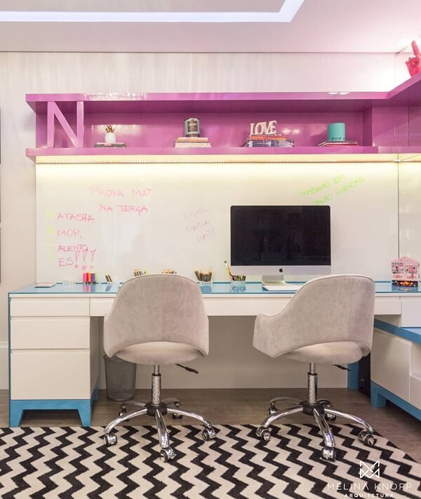 Escritório planejado com vasto mural branco para marcação de tarefas e metas