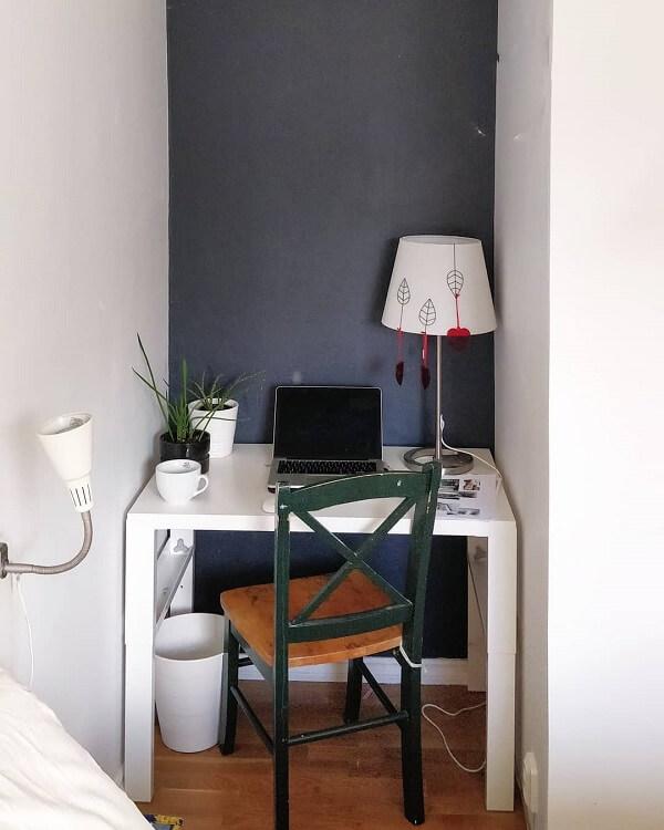 A mesa planejada se encaixa perfeitamente no mini escritório planejado