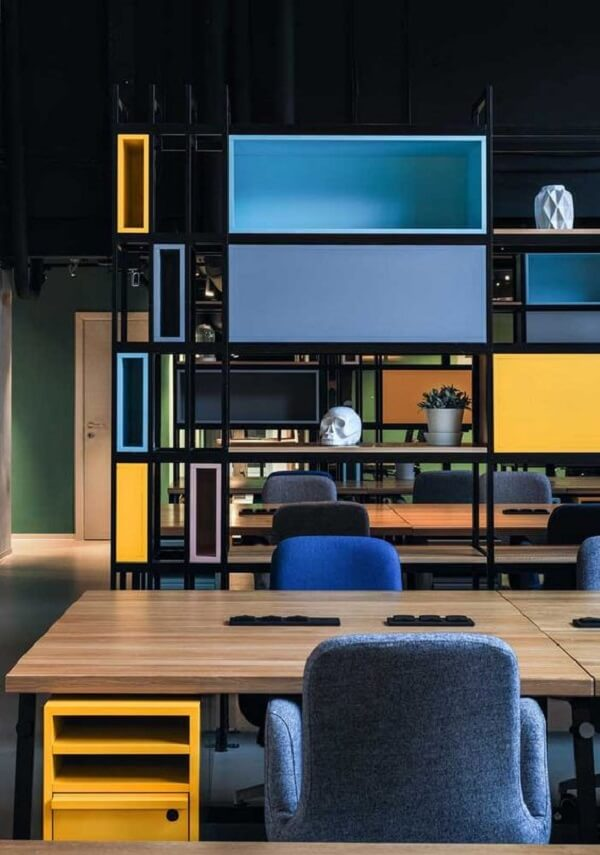 Estante nicho coloridas decoram o escritório