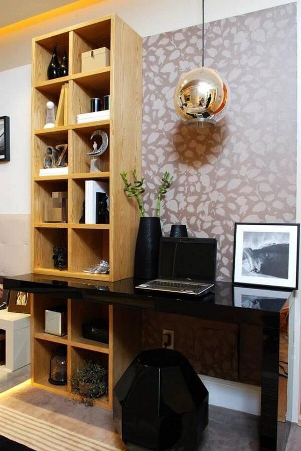 Estante de madeira e pendente redondo de metal para o escritório planejado