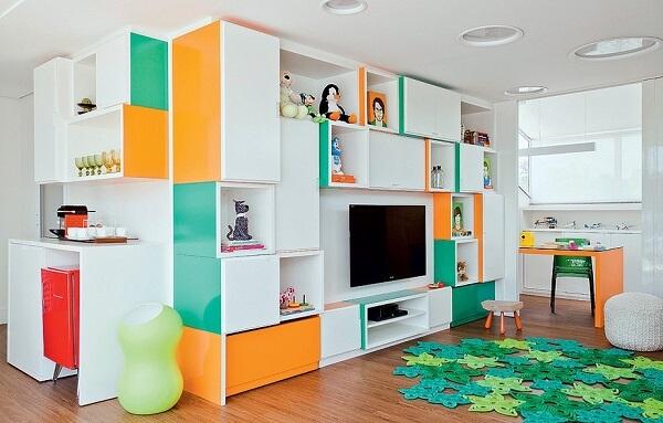 Estante nicho colorida decora a sala de estar