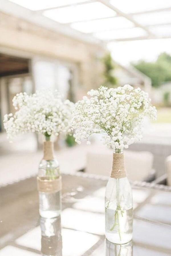 Flor mosquitinho na garrafa de vidro decorada com corda de sisal