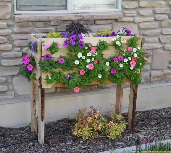 Floreira de madeira de chão forma uma linda cascata de flores. Fonte: Somos Verdes