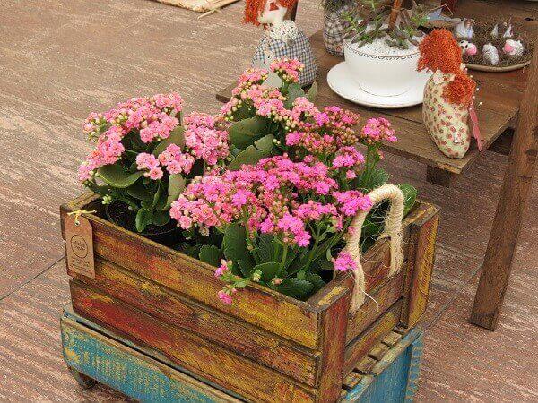 Floreira de madeira para chão com alça de sisal