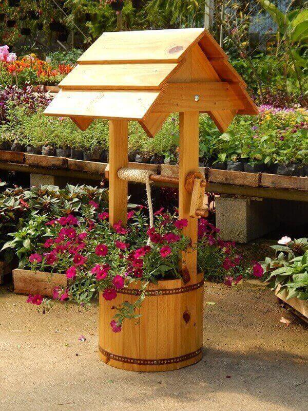 Floreira de madeira para chão em formato de poço. Fonte: Elo7