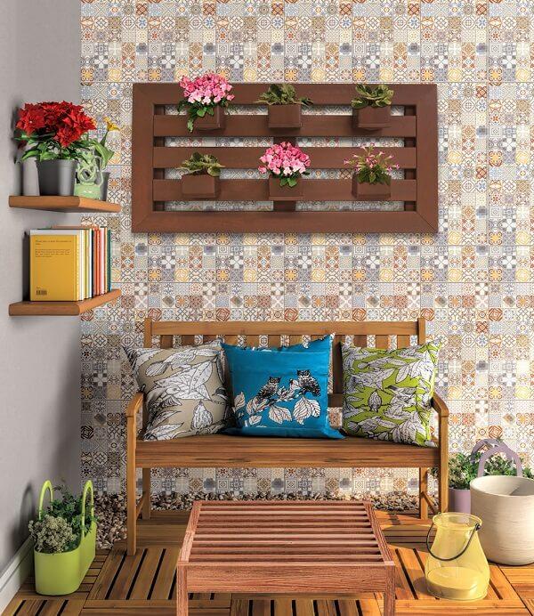 Floreira de madeira para parede decora a varanda. Fonte: Ecopex