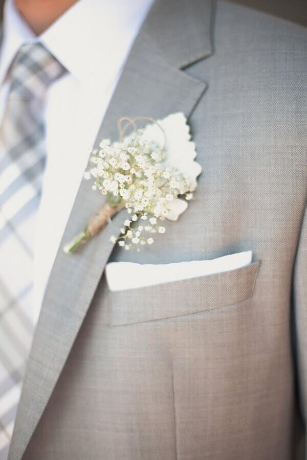 Utilize a flor mosquitinho na lapela do noivo