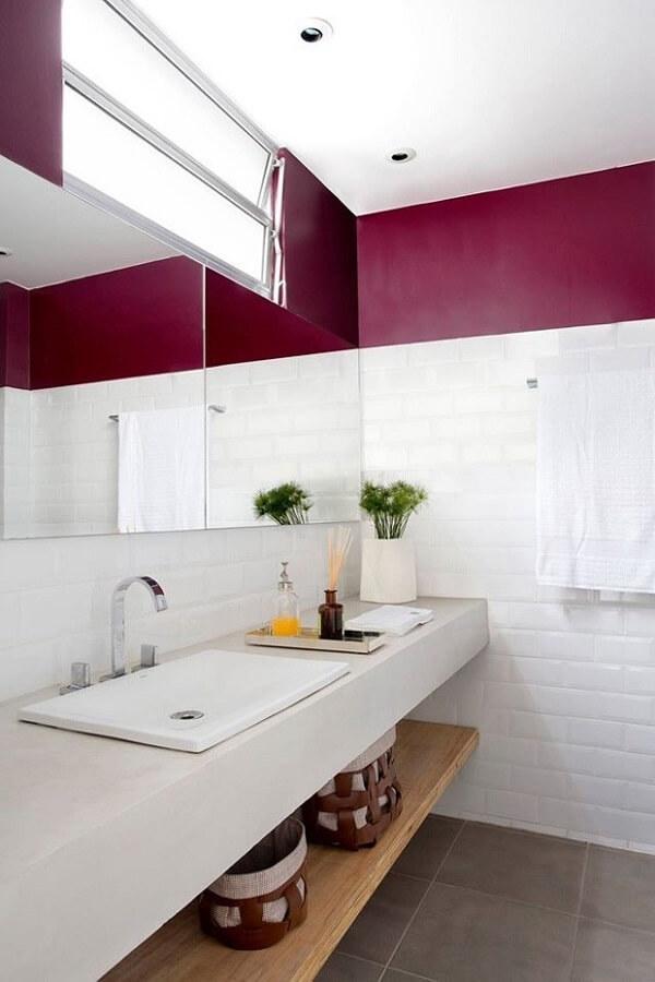 Banheiro clean com bandeja pequena sobre a bancada da pia
