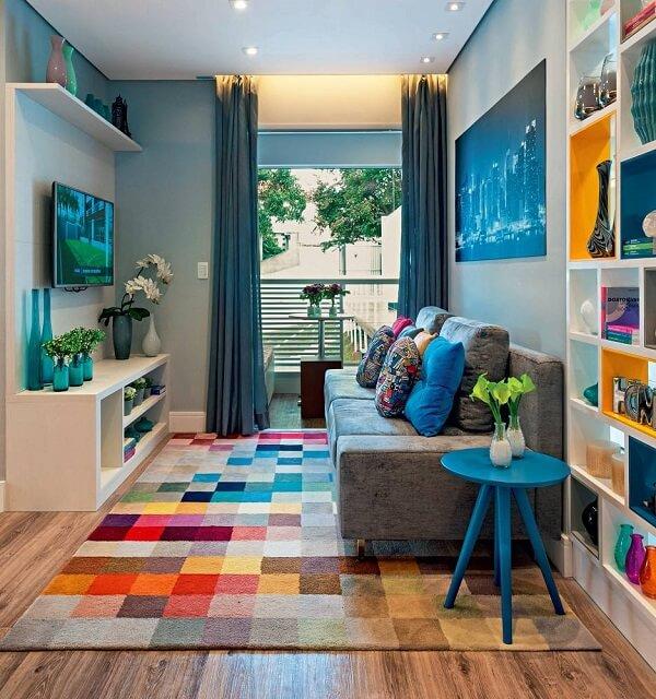 Sala de estar alegre com tapete geométrico e nichos coloridos