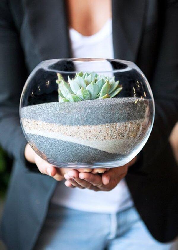 Forme lindos terrários com areia colorida dentro do recipiente de vidro