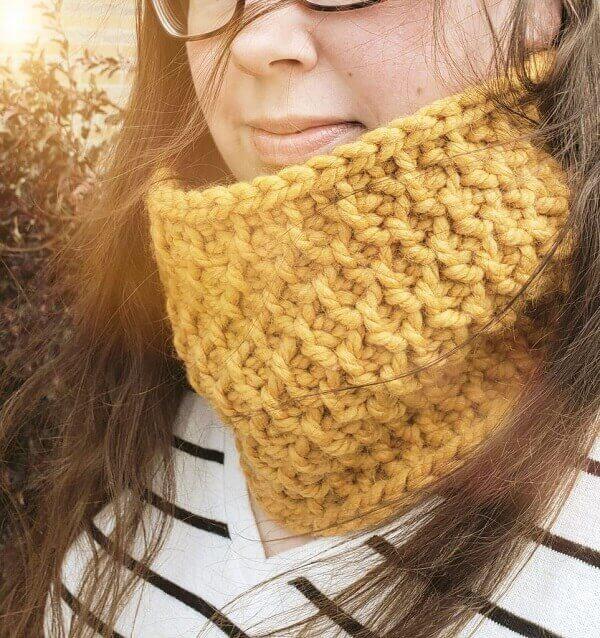Gola de pescoço amarela feita em crochê tunisiano