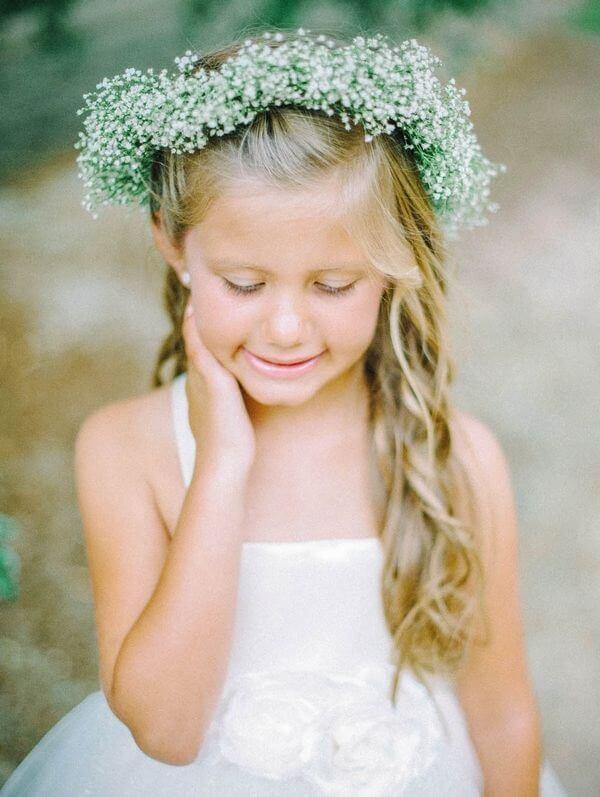 A coroa de flores da daminha foi feita com flor mosquitinho