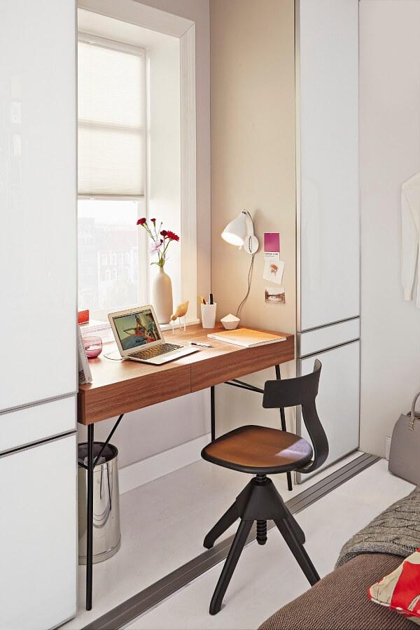 Posicione a mesa do escritório próxima a janela facilitando a entrada de luz no local