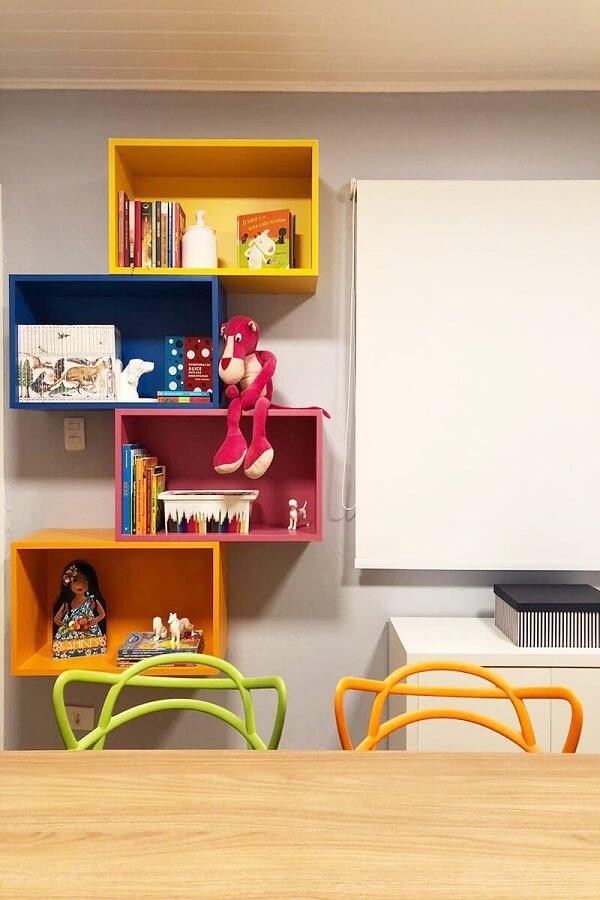 Intercale os nichos coloridos na parede