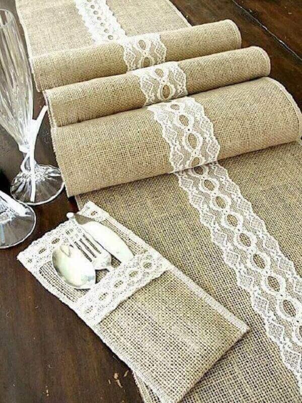 Tecido de juta e renda formam um lindo porta talheres