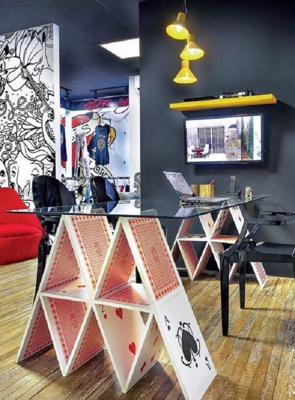 Mesas criativas e prateleiras coloridas para o escritório planejado