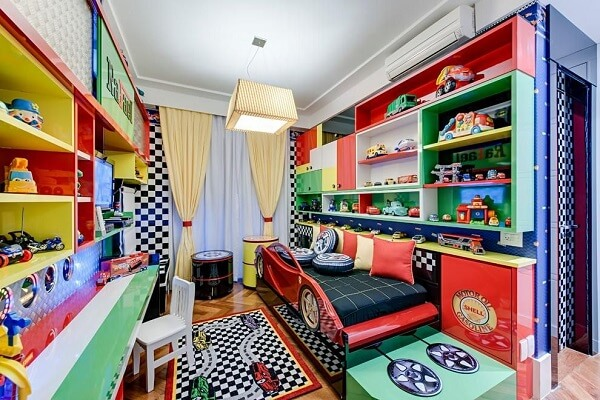 Nichos coloridos e tapete com estampa para a decoração do quarto