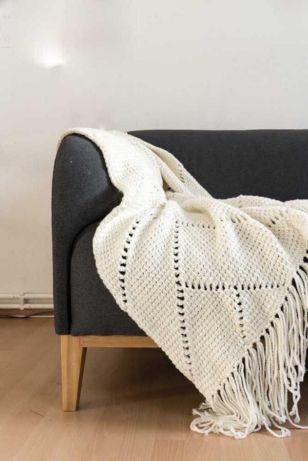 Manta branca para o sofá feita em crochê tunisiano