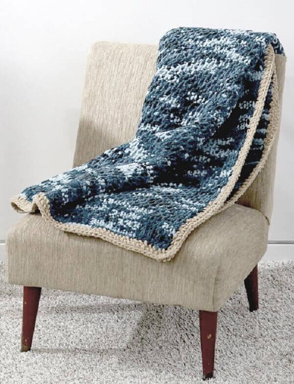Manta feita em crochê tunisiano para os dias de frio