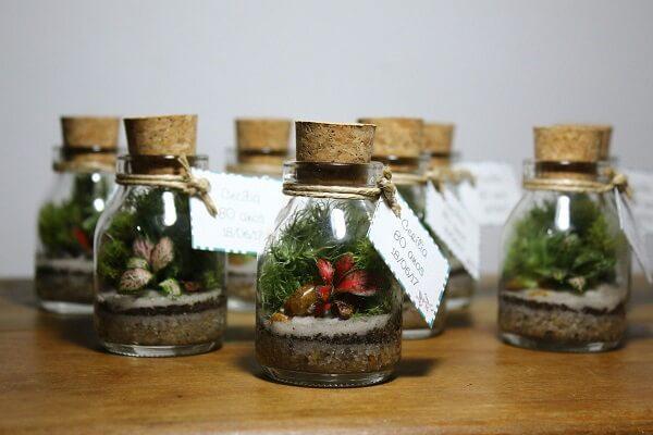O mini cachepot de vidro pode ser utilizado como lembrancinha