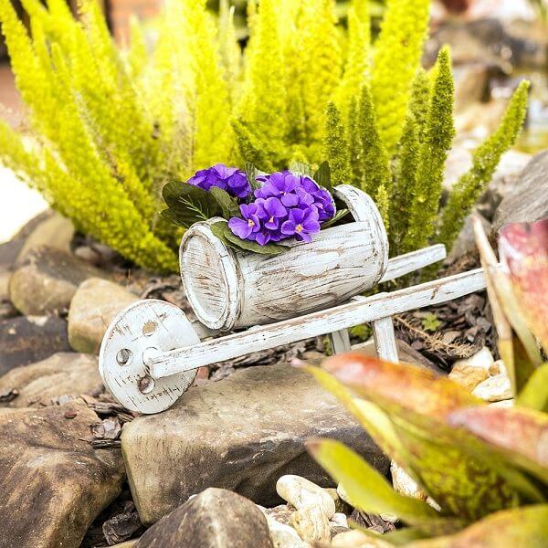 Mini floreira de madeira em formato de carrinho de mão. Fonte: Carro de mola