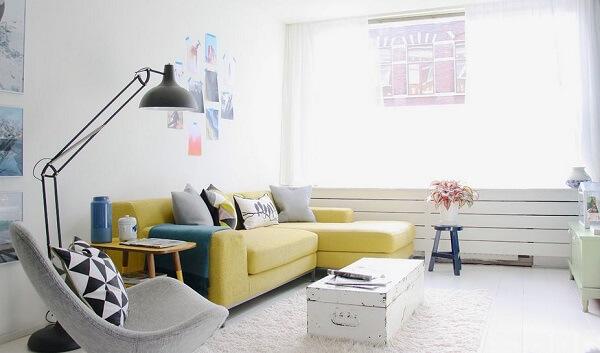 Decoração minimalista com sofá amarelo