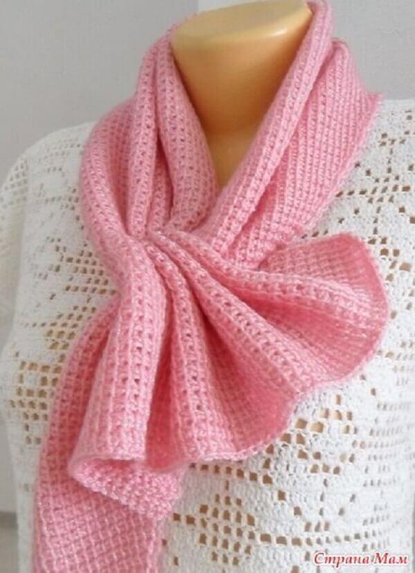 Modelo de gola de pescoço rosa feita em crochê tunisiano