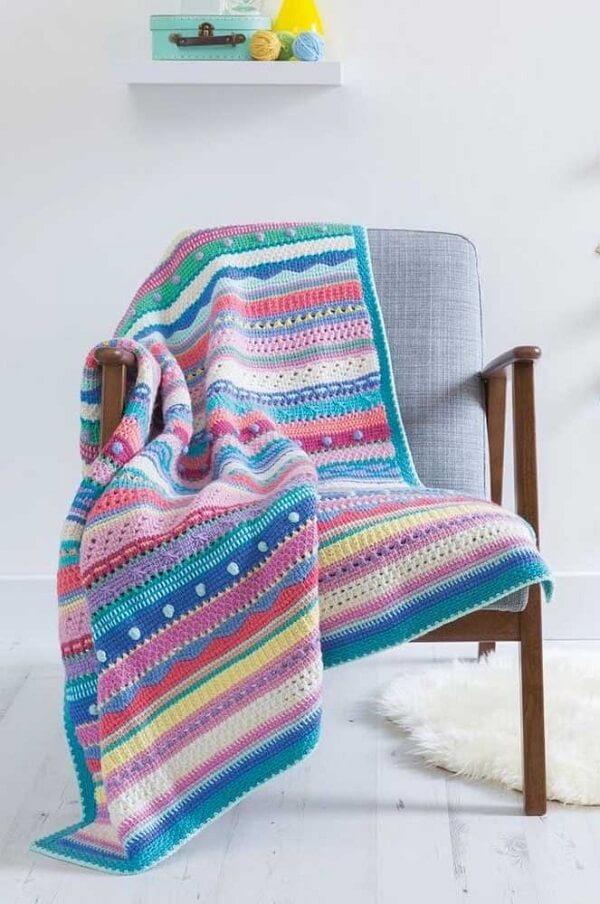 Modelo de manta colorida feita com a técnica de crochê tunisiano