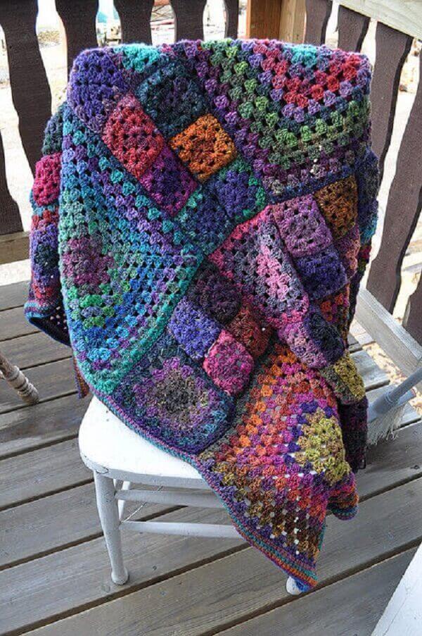 Modelo de manta colorida feita em crochê tunisiano