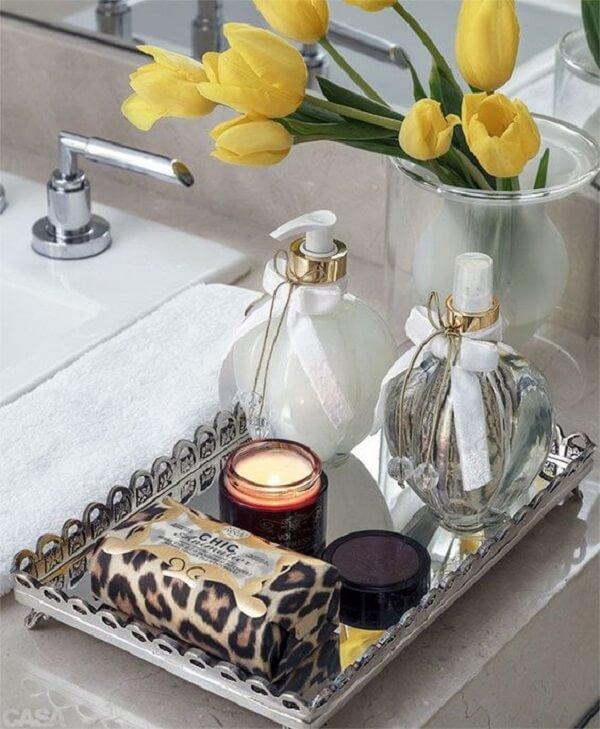 Não acumule muitos produtos sobre a bandeja para banheiro