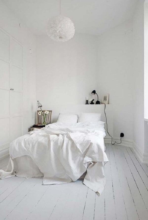 Neste quarto branco até o piso de madeira recebeu uma camada de tinta. Fonte: Pinterest