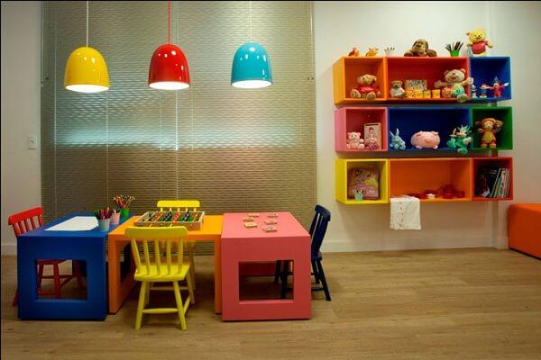 Os nichos coloridos para quarto foram fixados em uma única parede do cômodo