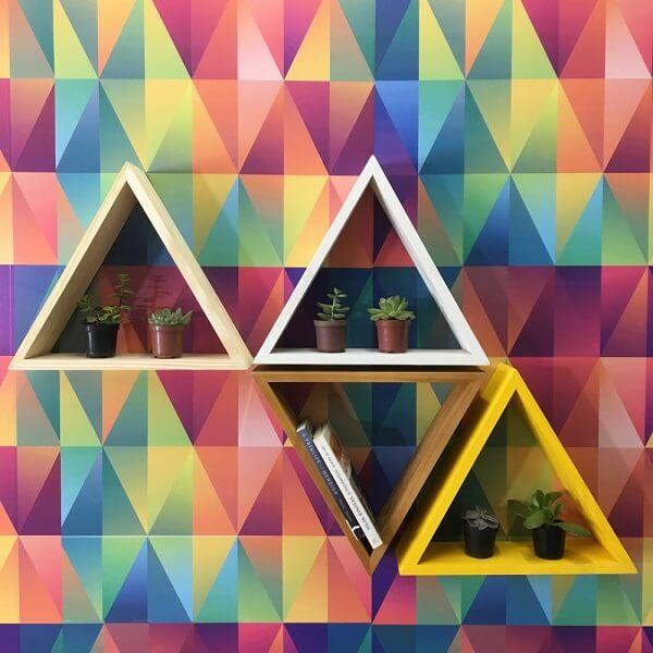 Nichos coloridos em formato de triângulo