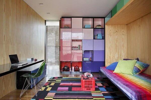 Os nichos coloridos se harmonizam com a decoração do espaço