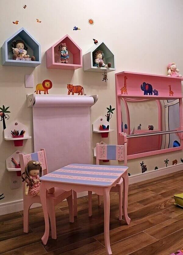 Nichos coloridos para quarto infantil com design de casinha