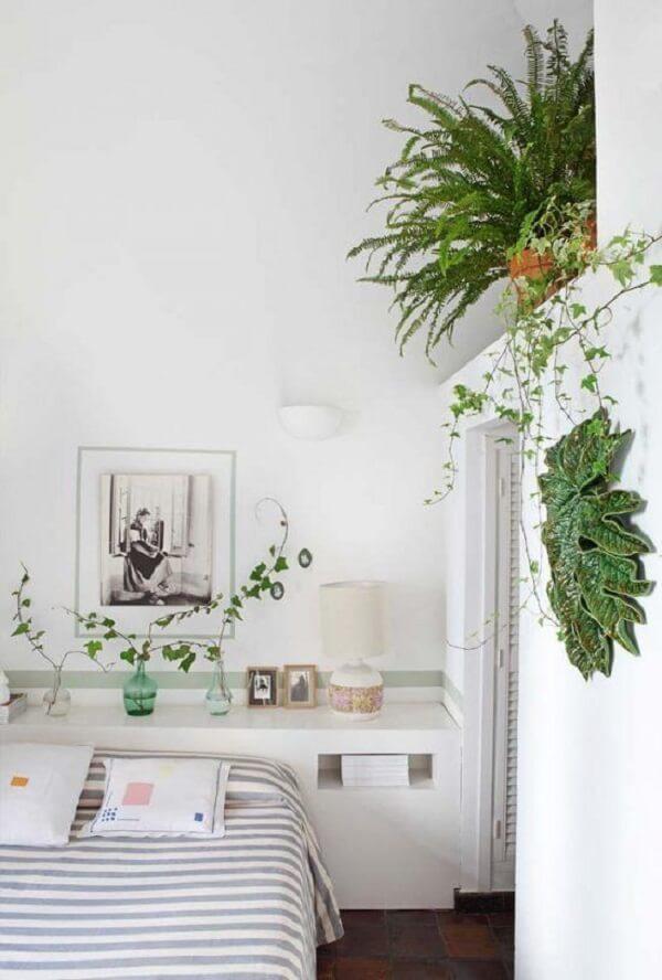 O estilo Urban Jungle traz um toque verde e fresco para a decoração de quarto branco. Fonte: Pinterest