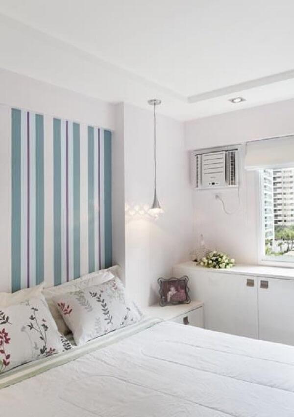 O papel de parede listrado colorido quebra a neutralidade do quarto branco. Fonte: Ana lpucia Adriano