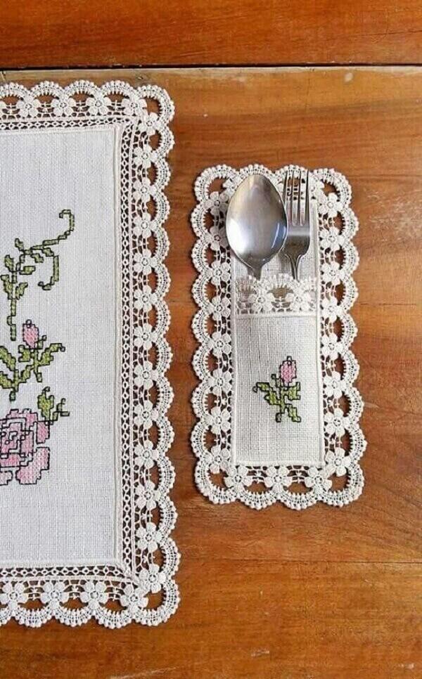 O porta talheres de tecido pode seguir o mesmo bordado da toalha de mesa