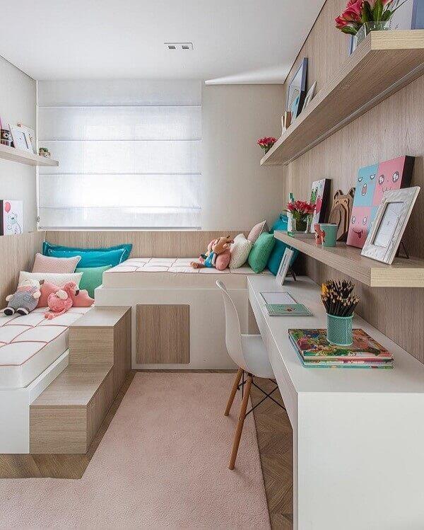 O tapete rosa para quarto infantil respeita o tamanho do ambiente. Fonte: Sesso e Dalanezi Arquitetura