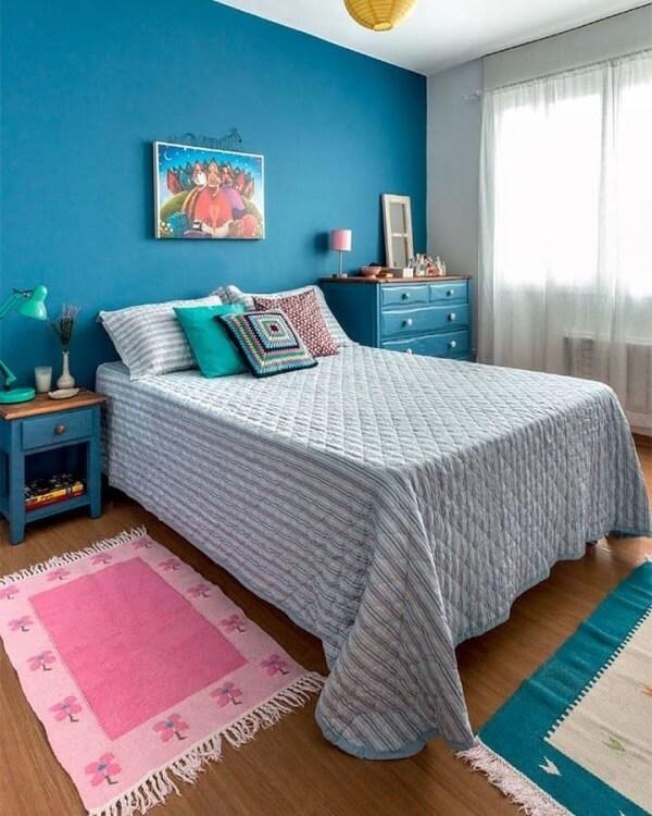 O tapete rosa traz um toque diferenciado para o quarto de casal. Fonte: Decorando com Amor