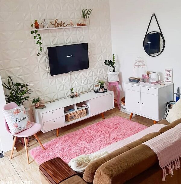 O tapete rosa traz um toque delicado para a sala de estar. Fonte: Meu Lar 31