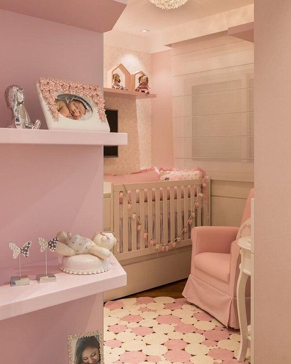 Observe se o tapete rosa não irá ficar escorregadio no piso. Fonte Érica Salguero Arquitetura