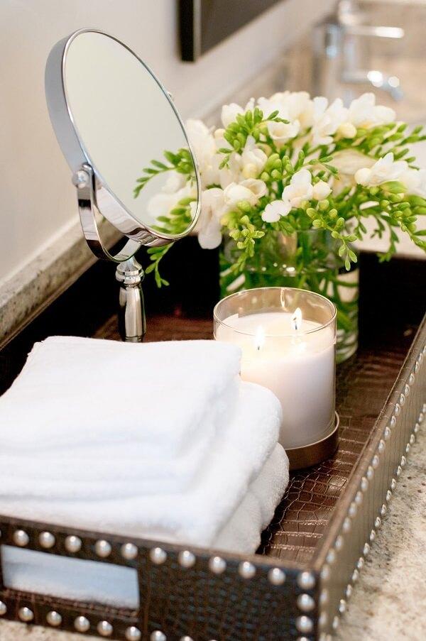 Organize as toalhas de rosto sobre a bandeja para banheiro