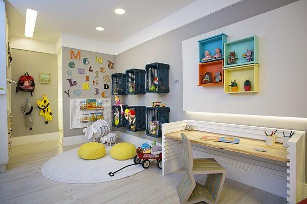 Os nichos coloridos auxiliam na organização do cômodo