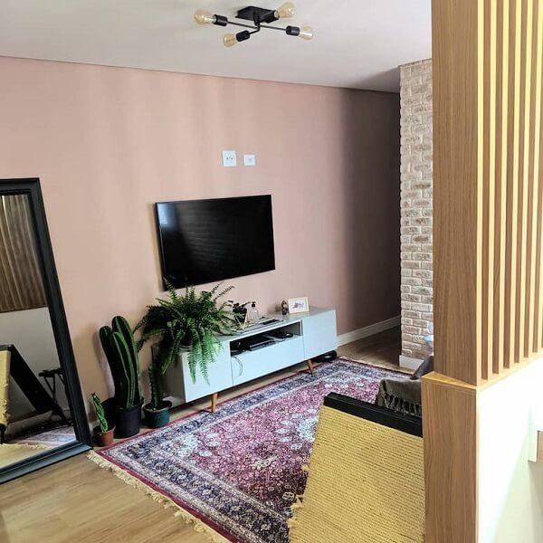 Os vasos de plantas trazem um toque especial para a decoração da sala com tapete rosa. Fonte: Yumi Oshiro
