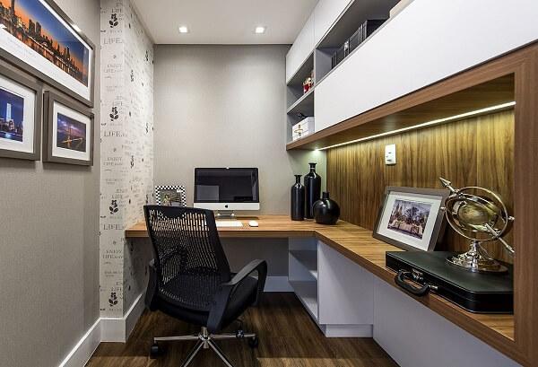 Mesa de escritório planejada em formato L facilita a circulação de pessoas no ambiente