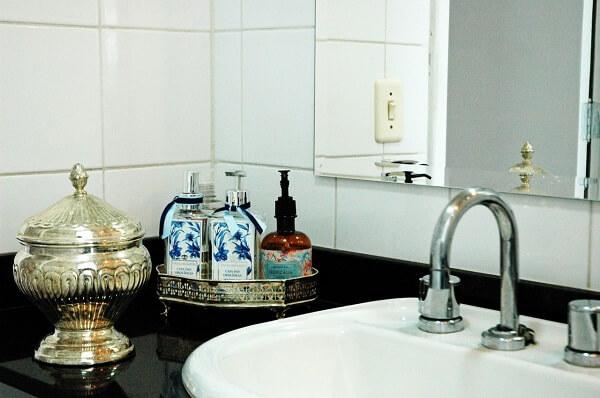 Pia preta e bandeja para banheiro pequena