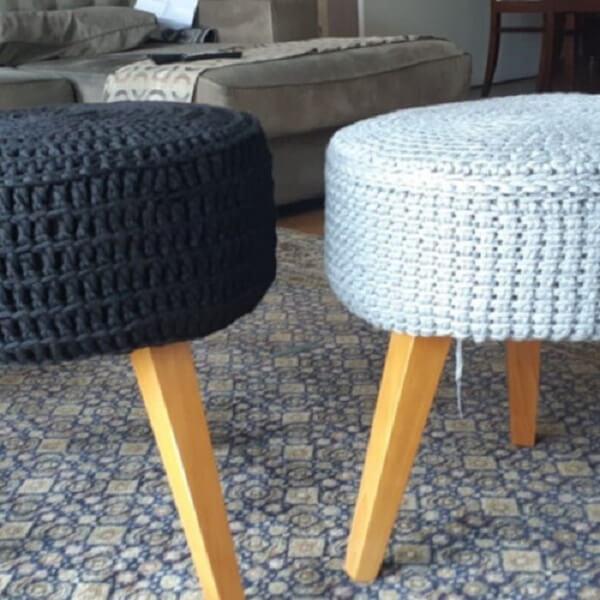 Puff com assento feito com acabamento em crochê tunisiano
