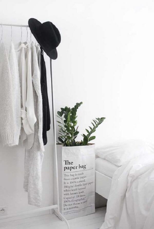 Quarto branco com arara que auxilia na organização de roupas. Fonte: Pinterest