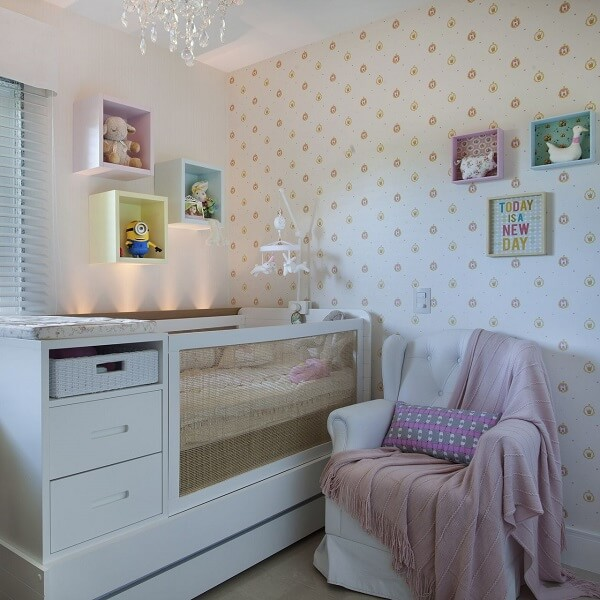 Quarto de bebê com nichos coloridos